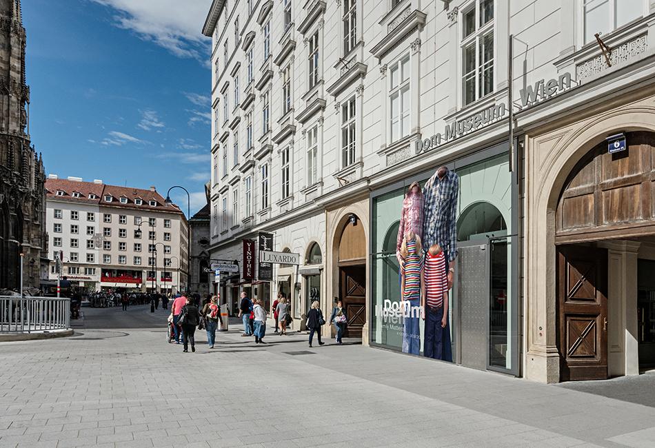 Die Fassade des Dom Museum Wien am Stephansplatz Originalfoto Hertha Hurnaus
